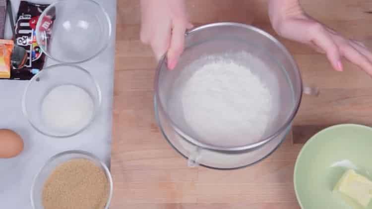 Для приготовления печенья с ммдемс, просейте муку