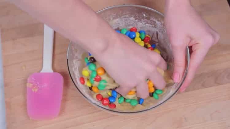 Для приготовления печенья с ммдемс, перемешайте ингредиенты