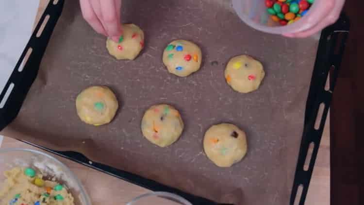 Для приготовления печенья с ммдемс, разогрейте духовку