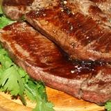 Стейки из мраморной говядины с кинзой, черным перцем и наршарабом