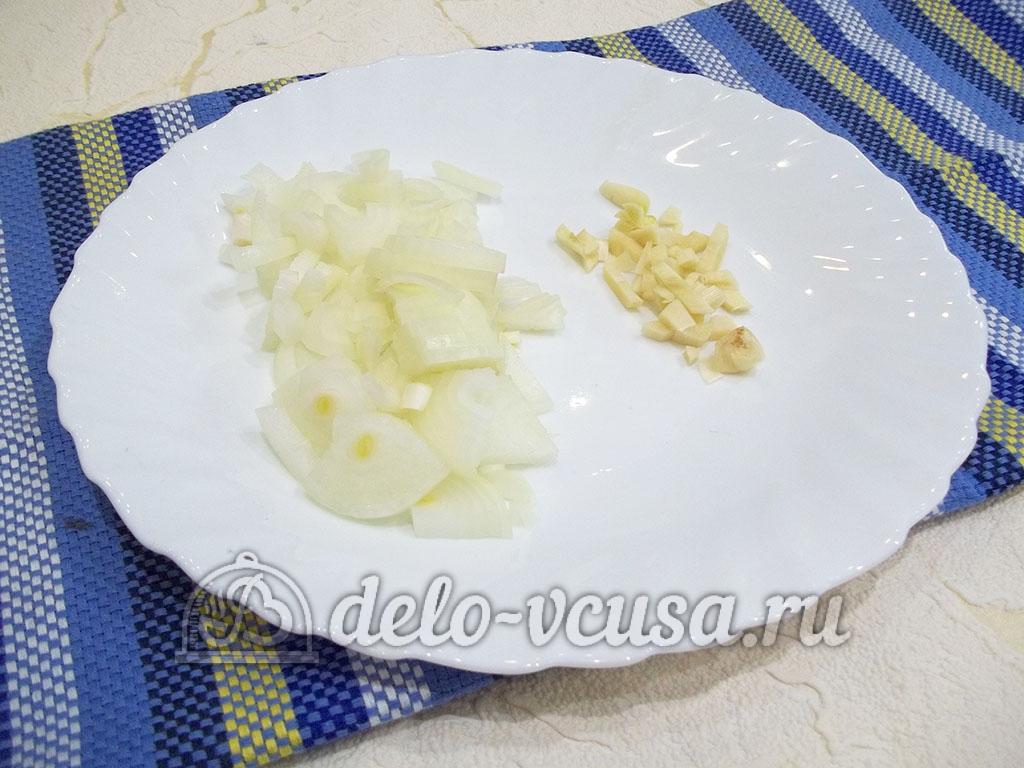 Жареные свиные ребрышки с медом: Подготовить чеснок и лук