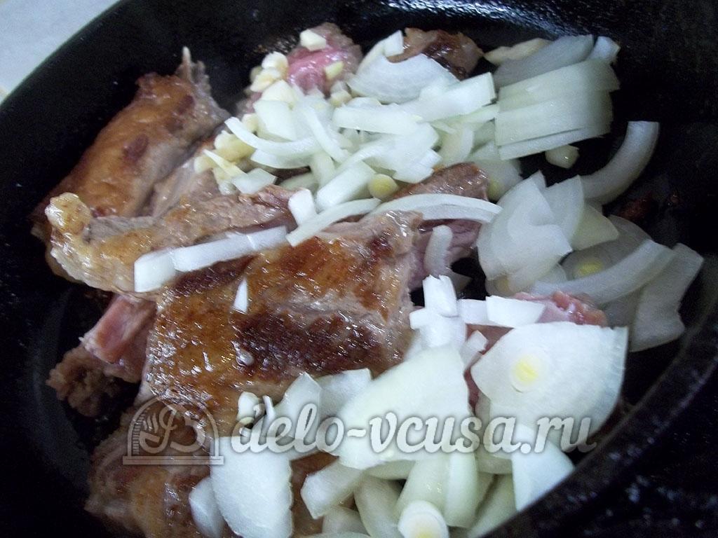 Жареные свиные ребрышки с медом: Обжарить чеснок и лук