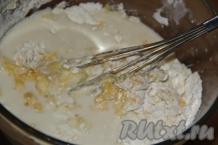 Добавить молоко и яйца. Перемешать венчиком до однородного состояния. Добавить растительное масло и ещё раз перемешать. Блинное тесто получится не густым.