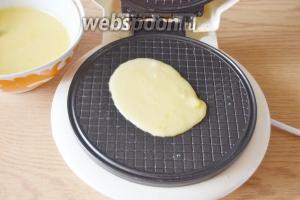 Для выпечки 1 вафельки на панель нужно положить 1,5-2 столовых ложки теста. Если положить больше, оно будет вытекать. Стараемся выкладывать в центр. При закрытии вафельницы, тесто само распределится по поверхности, размазывать не нужно.