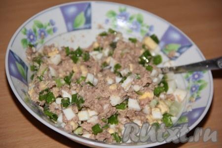 Соединить печень трески, яйца и зелёный лук, перемешать и начинка для блинчиков готова. Я не солила начинку, но, по желанию, можно слегка подсолить.