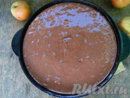 Смажьте форму сливочным маслом или застелите бумагой для выпечки. Если будете застилать бумагой, то лучше ее еще дополнительно промазать сливочным или растительным маслом, так готовая выпечка будет лучше отходить от бумаги. Вылейте тесто вместе с кусочками яблок в форму для выпечки (я использую толстостенную чугунную сковороду диаметром 26 см). Духовку разогрейте до 170-180 градусов. Выпекайте шоколадную шарлотку с яблоками около 35-40 минут. Готовность выпечки проверьте при помощи деревянной лучины - она должна остаться сухой при прокалывании готового пирога.