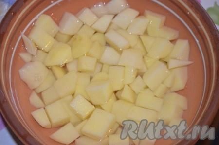 Картошку порезать мелким кубиком.
