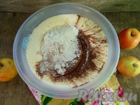 Всыпьте смесь муки и какао во взбитую яично-сахарную смесь.