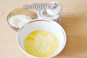 Масло сливочное или маргарин растопим, остудим и добавим к яйцу.