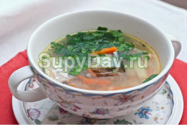 Простой суп с сайрой и зеленым горошком