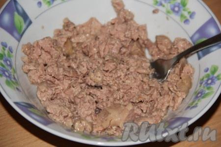 Теперь займёмся начинкой для блинов. Печень трески без масла переложить в глубокую миску и размять вилкой.