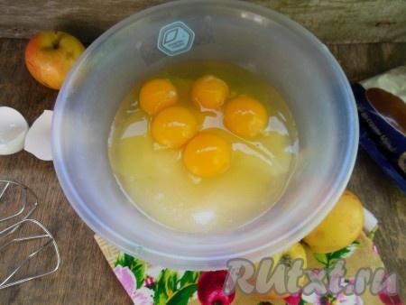 Яйца взбейте с сахаром при помощи миксера (взбивайте минуты 3-4).