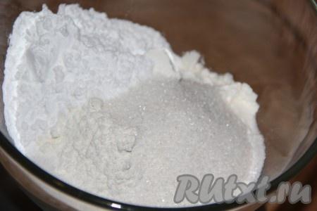 Для приготовления теста соединить муку, соль, сахар и крахмал.