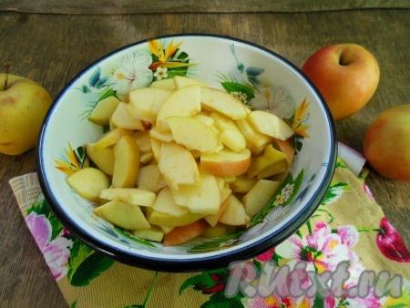 Яблоки разрежьте на 4 части, удалите семенную коробочку, нарежьте на небольшие кусочки.
