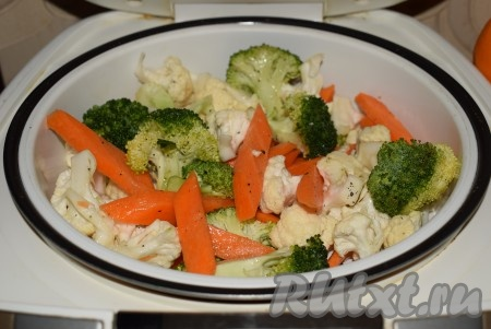 """В чашу мультиварки наливаем 3 стакана воды. Помещаем подложку с овощами в мультиварку, закрываем крышку мультиварки, выбираем режим """"Пар"""", вид продукта """"Овощи"""". У меня этот режим длится 10 минут, но так как цветная капуста и брокколи достаточно нежные и разобраны на небольшие кусочки, то на приготовление овощей хватит 5 минут с момента обратного отсчета времени. Выключаем мультиварку вручную."""