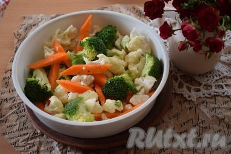 Перекладываем перемешанные овощи в специальную подложку для приготовления на пару в мультиварке.