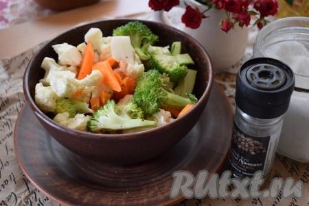 Соцветия цветной капусты и брокколи, кусочки моркови складываем в миску, солим и перчим по вкусу, добавляем растительное масло. Тщательно перемешиваем, чтобы масло, соль и перец равномерно распределились по всей поверхности овощей.