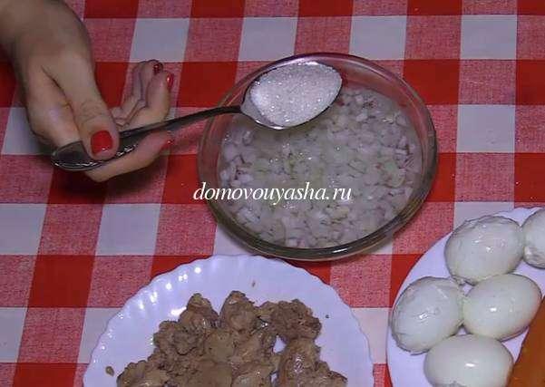 Салат Мимоза с печенью трески и отварным рисом