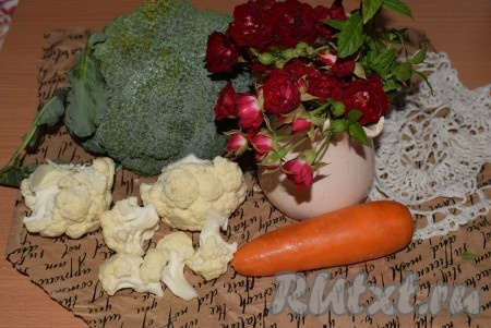 Подготовим брокколи, цветную капусту и морковь. Морковь очистим.
