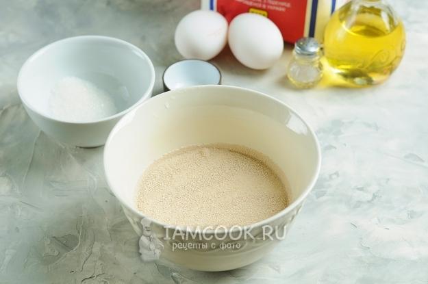 Соединить молоко, дрожжи и сахар