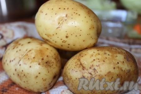 Картофель тщательно вымыть под проточной водой, обсушить. Очищать картошку не надо.
